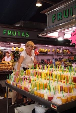 """На тему уличной еды: в Барселоне на рынке """"Бокерия"""" свежевыжатым соком угощают."""