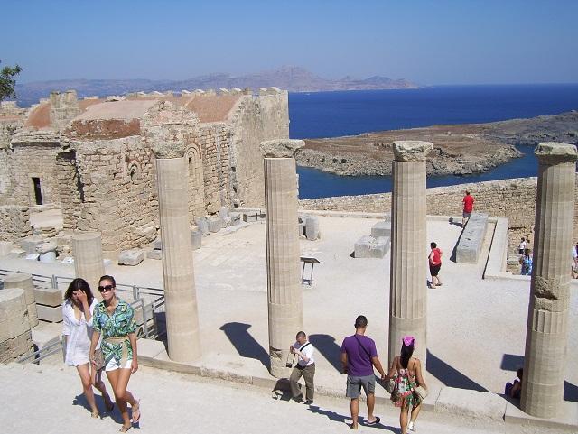 Виноделию на Родосе 2 тысячи лет, между прочим. Среди этих колонн городка Линдос древние греки, наверное, пили почти такое же атири и мандиларию, как и я.
