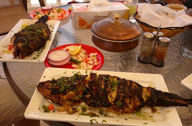 """Рыба-император в приморском ресторане города Сур. Белого вина к ней не дали - ресторан городской, а не отельный. Зато дали отличный лаймово-мятный коктейль, """"Оманский мохито""""."""