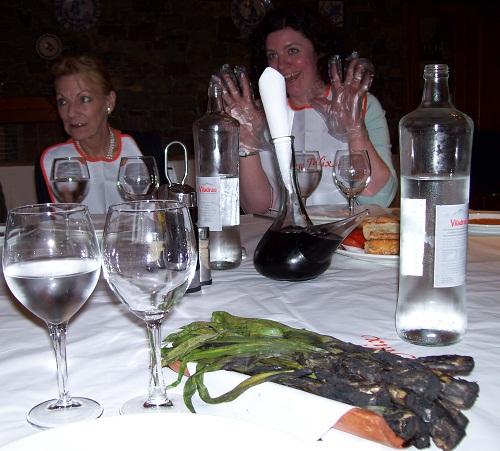 Главные герои гастрономического урока в Каталонии: лук-кальсот и графин-поррон. Перчатки и слюнявчики тоже различимы.
