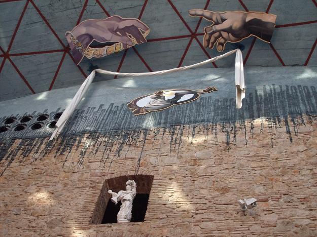 На ужине темно было, и творения Джорди Круса на фотографиях со вспышкой смотрятся неаппетитно. Поэтому - другой сюрреализм, Музей-театр Дали в Фигейрасе.