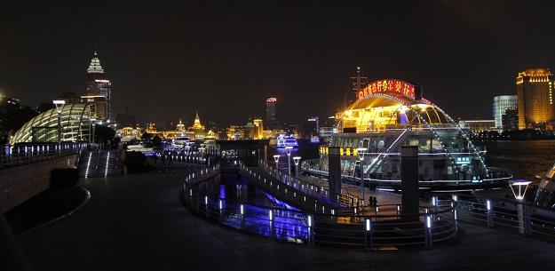 На набережной реки Хуанпу ночью красиво. Фото: Сергей Богданов.